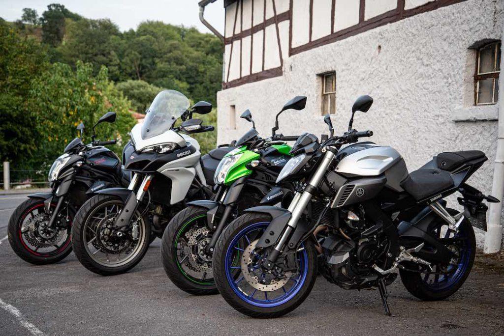 Alle Motorräder seitlich