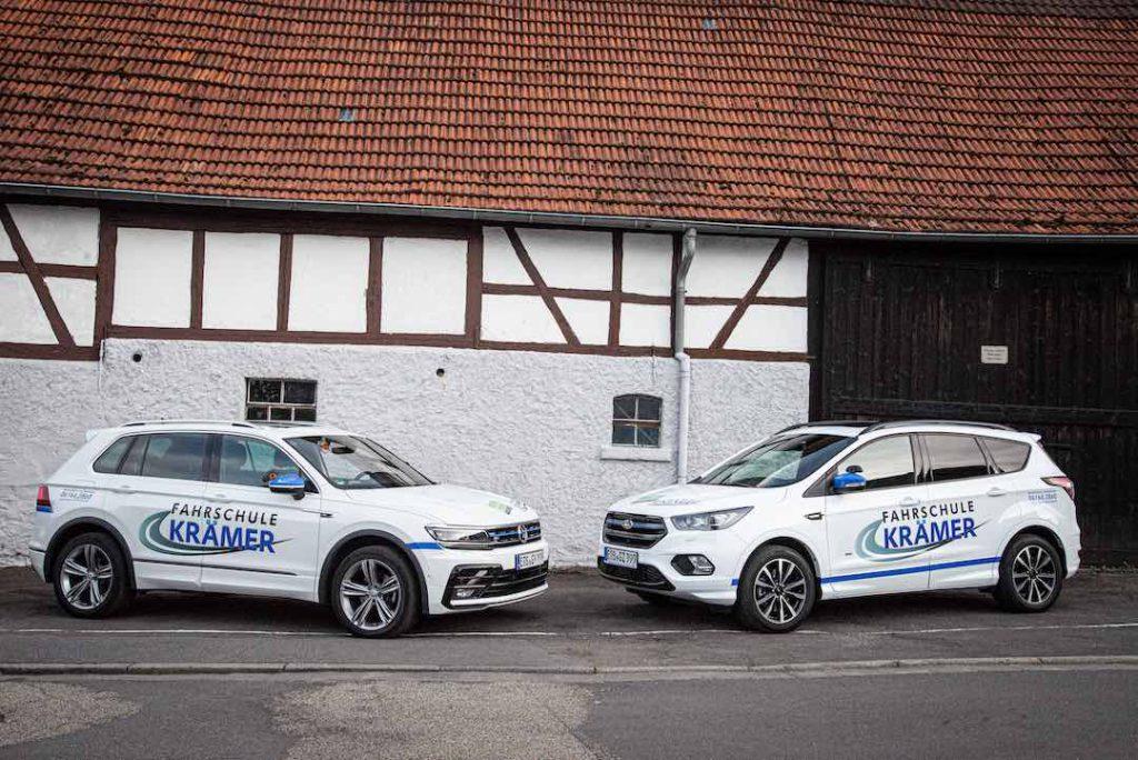 Beide Autos gegenüber Fahrschule Kräker