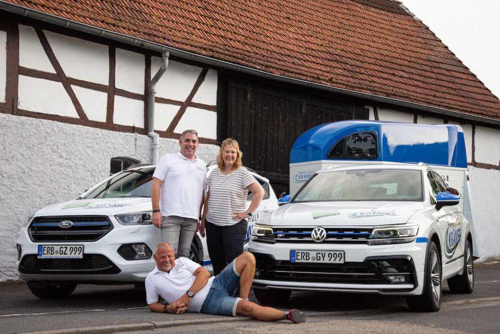 Team-Foto 2 vor beiden Autos und dem Anhänger der Fahrschule Krämer
