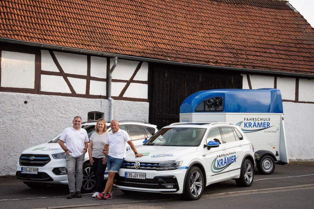 Teamfoto 1 vor beiden Autos und dem Anhänger